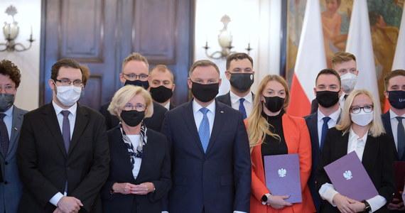 Prezydent Andrzej Duda powołał Radę ds. Młodzieży. Chcemy dyskutować nad tym, by młodzi ludzie mieli w Polsce jak najlepsze możliwości rozwoju, jak najlepiej się czuli, żeby sprawy Rzeczypospolitej były najlepiej, jak to możliwe, prowadzone - mówił Duda podczas pierwszego posiedzenia Rady.