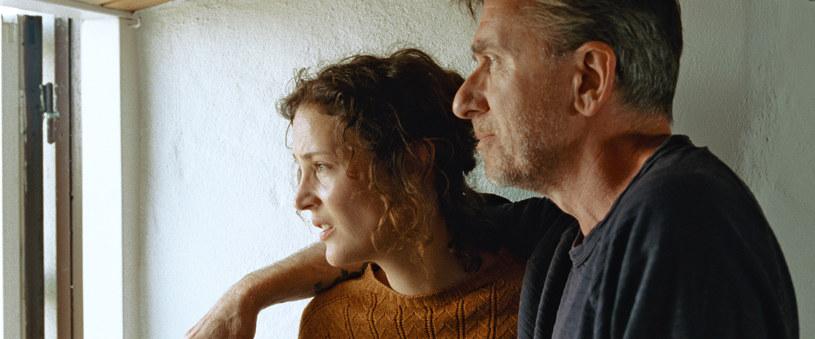 """Filmy o realizacji dzieła audiowizualnego to bardzo trudna sztuka. Wydaje się, że na każdą """"Noc amerykańską"""" przypadają trzy """"Superprodukcje"""". Reżyserka Mia Hansen-Løve w swej nominowanej do Złotej Palmy """"Wyspie Bergmana"""" przygląda się procesowi tworzenia scenariusza, a przy okazji wplata w fabułę mniej lub bardziej bezpośrednie odniesienia do twórczości szwedzkiego mistrza. Uspokajam, nie ma powtórki z """"Superprodukcji"""". Niestety, do """"Nocy amerykańskiej"""" również jest daleko."""