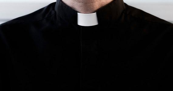 Prokuratura Okręgowa w Nowym Sączu skierowała do Sądu Rejonowego w Gorlicach akt oskarżenia przeciwko byłemu księdzu Marianowi W., który miał wykorzystywać seksualnie nieletnich ministrantów. To już kolejny akt oskarżenia przeciwko byłemu proboszczowi kilku parafii diecezji tarnowskiej.