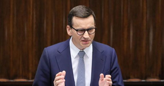 """""""Polexit to fake news, to wasze ordynarne kłamstwo"""" - mówił w Sejmie premier Mateusz Morawiecki, zwracając się do polityków Platformy Obywatelskiej. """"Tak jak nie powinniśmy w tej Izbie dyskutować o tym, czy istnieje wielki potwor z Loch Ness, tak nie powinniśmy dyskutować o polexicie, bo nie ma czegoś takiego"""" - przekonywał. Ocenił, że to, co obecnie robi opozycja to """"antypaństwowa antypolityka""""."""