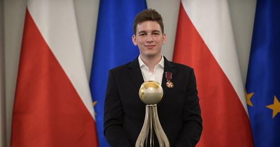 Prezydent Andrzej Duda odznaczył arcymistrza szachowego Jana-Krzysztofa Dudę Złotym Krzyżem Zasługi za wybitne osiągnięcia sportowe i promowanie Polski na arenie międzynarodowej. Odznaczenia otrzymali także członkowie jego sztabu. Uroczystość odbyła się w Pałacu Prezydenckim w Warszawie.
