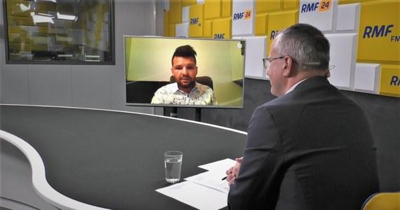 """""""To nie jest podwyżka, tylko zmiana warunków pracy, która wiąże się z podwyższeniem pensum z 18 do 22 godzin. Pan minister chciałby również, by były dokumentowane godziny, które spędzamy w kontakcie z uczniami, rodzicami, czy na wycieczkach szkolnych"""" – tłumaczył w Popołudniowe rozmowie w RMF FM Dariusz Martynowicz. Nauczyciel Roku 2021 odniósł się w ten sposób do pytania o to, jaki ma stosunek do zapowiedzi podwyżek dla nauczycieli. Zdaniem Dariusza Martynowicza zmiany, które chce wprowadzić MEiN w pracy nauczycieli grożą zwolnieniami. Dlatego też nauczyciele się ich boją. """"Jeżeli te zmiany wejdą z polskiej szkoły odejdą nie tylko emeryci, ale także najlepsi nauczyciele, którzy poradzą sobie doskonale na rynku pracy w innym miejscu"""" – przekonuje."""
