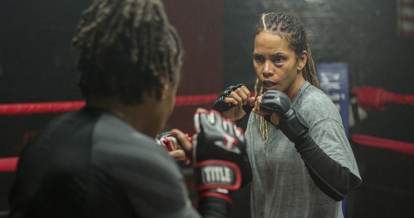 """W reżyserskim debiucie Halle Berry """"Poobijana"""" laureatkę Oscara zobaczymy w zaskakującej roli byłej zawodniczki MMA, która nie tylko próbuje wrócić do sportu, lecz również powalczy o miłość porzuconego przed laty syna. Film trafi do oferty Netfliksa 24 listopada."""