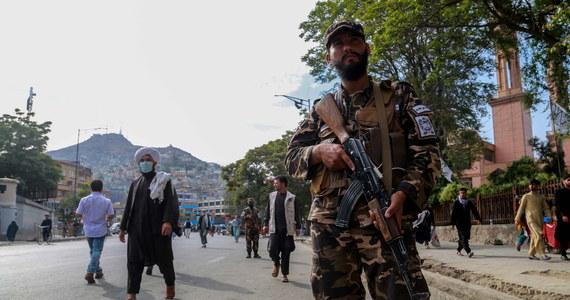 """Departament Stanu USA planuje wznowić przed końcem roku organizację lotów ewakuacyjnych z Afganistanu, aby pomóc Amerykanom i niektórym Afgańczykom w wydostaniu się z tego kraju - podał w czwartek """"Wall Street Journal""""."""