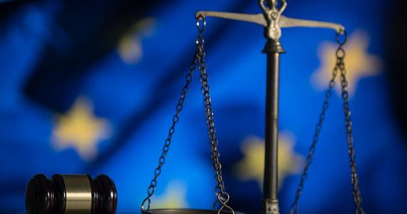 """Komisja prawna Parlamentu Europejskiego przegłosowała skierowanie pozwu przeciwko Komisji Europejskiej do Trybunału Sprawiedliwości Unii Europejskiej za jej opieszałość w stosowaniu mechanizmu """"pieniądze za praworządność"""". Głosowanie było tajne."""