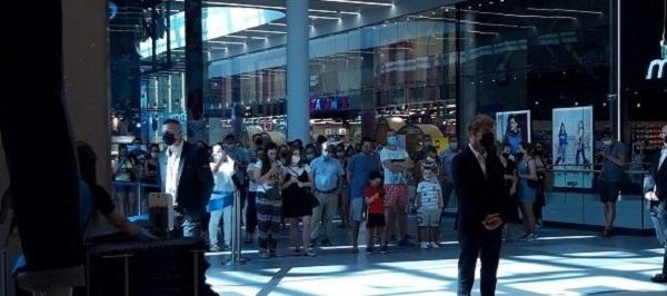 ludzie stojący przed wejściem do sklepu Primark