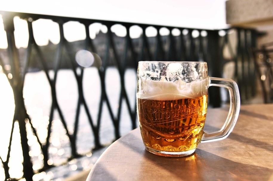 Stokrotka wprowadza promocję z darmowym piwem