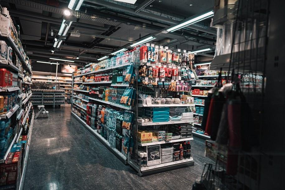 Wnętrze supermarketu.