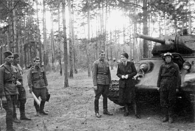 1 Dywizja Piechoty im. Tadeusza Kościuszki, przy czołgu Wanda Wasilewska /Muzeum Niepodległości /East News