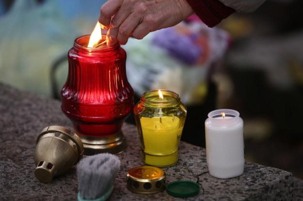 1 listopada ludzie przychodzą na cmentarze, aby zapalić znicze, pomodlić się za swoich bliskich zmarłych /Rafał Guz /PAP