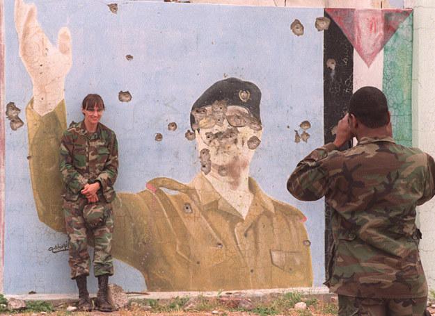 1 maja 1991 r.: Amerykańscy żołnierze fotografują się przed portretem Saddama Husajna /AFP