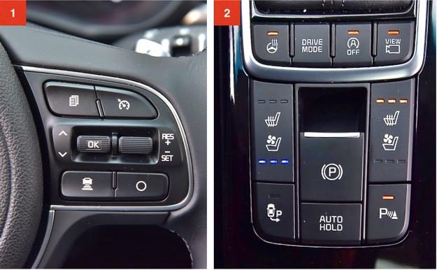 """[1] Najbogatsza wersja wyposażeniowa seryjnie oferuje m.in. aktywny tempomat. [2] Przełączniki przy dźwigni """"automatu"""". Od lewej: ogrzewanie kierownicy, tryby jazdy, układ start-stop oraz system kamer dookoła nadwozia. Dwie droższe odmiany Optimy seryjnie oferują podgrzewanie foteli. Topowa wersja ma też wentylację przednich siedzeń oraz ogrzewanie dwóch zewnętrznych miejsc na kanapie. /Motor"""