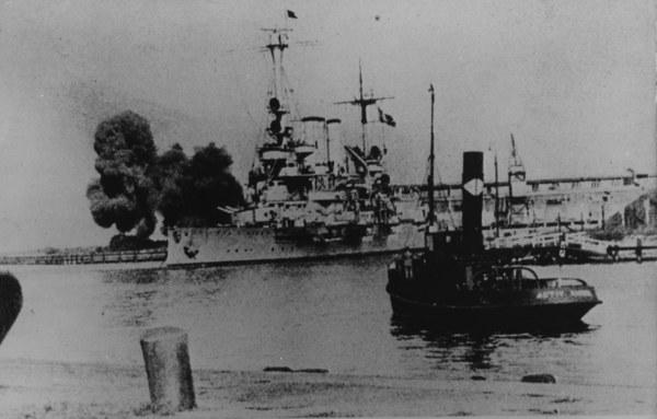 Niemiecki pancernik Schleswig-Holstein bombarduje Westerplatte
