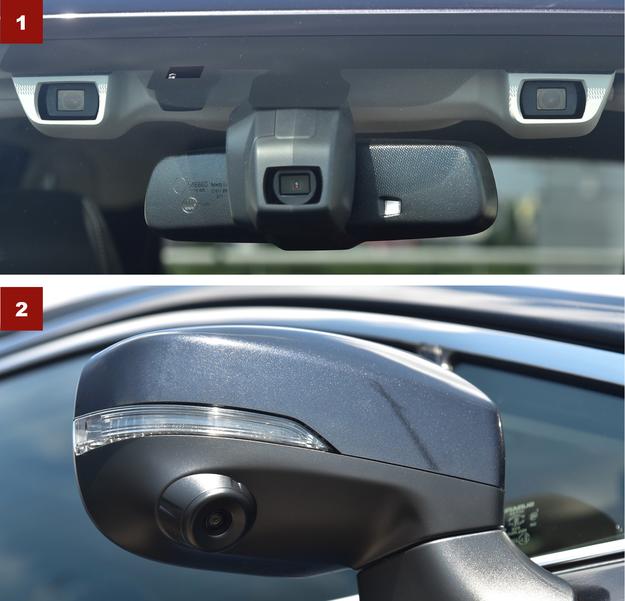 [1] Zzestaw kamer systemów bezpieczeństwa. [2] Ta w lusterku wstecznym pokazuje obraz z prawego boku auta. /Motor