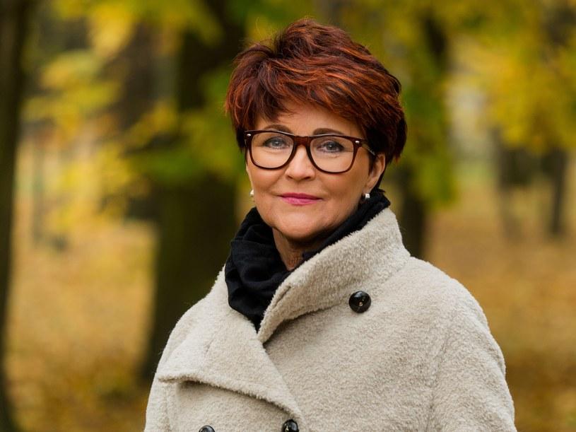 Jolanta Kwaśniewska W Nowej Fryzurze W Parku Zdjęcia