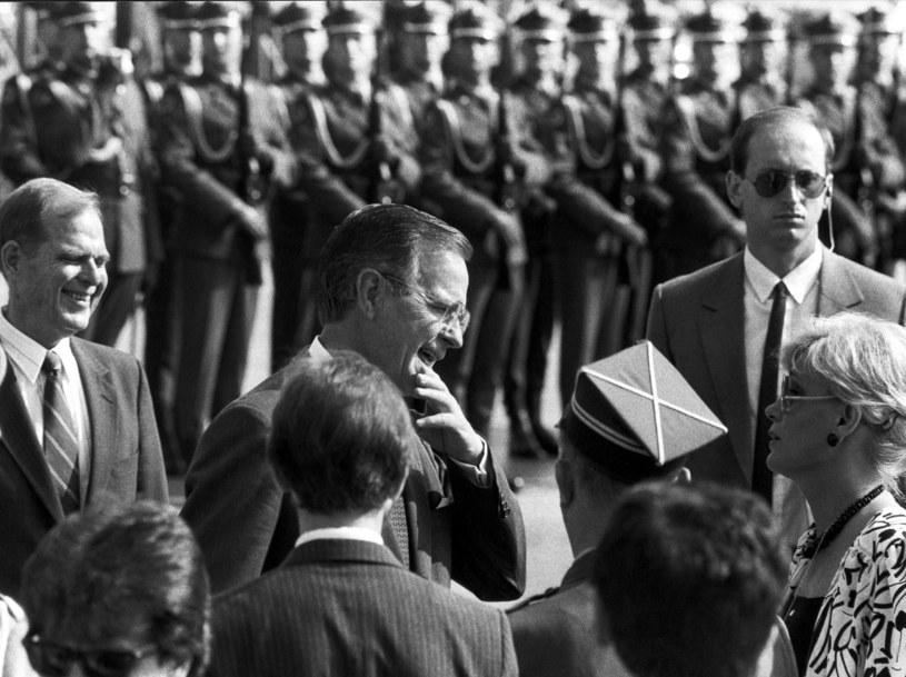 10 czerwca 1989 r. - prezydent USA George Bush przed Grobem Nieznanego Żołnierza w Wraszawie. Po lewej ambasador John Davies /Erazm Ciołek /Agencja FORUM
