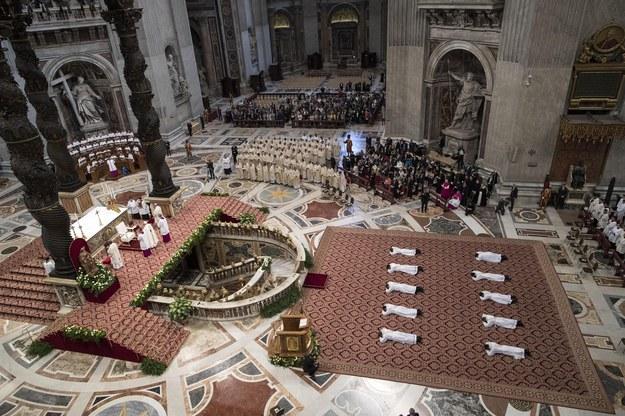 10 księży wyświęconych przez papieża /Massimo Percossi / POOL /PAP/EPA