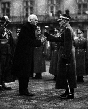 10 listopada 1936 r. Edward Śmigły-Rydz otrzymuje buławę marszałkowską od prezydenta Ignacego Mościckiego /Piotr Mecik
