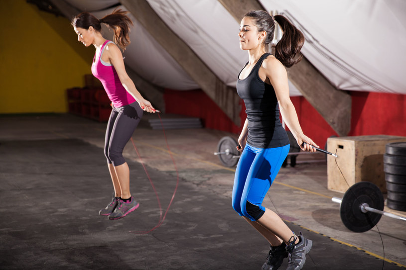 10-minutowy trening na skakance to ogromna dawka ćwiczeń aerobowych /123RF/PICSEL