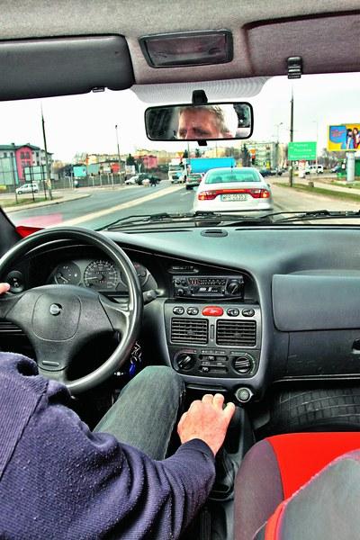 3. Hamowanie na luzie - pomijając hamowanie awaryjne (nagłe zatrzymanie, aby np. uniknąć zderzenia) każdemu zmniejszaniu prędkości powinno towarzyszyć hamowanie silnikiem. Powodów jest kilka: oszczędność paliwa - przy hamowaniu silnikiem odcinany jest dopływ paliwa, natomiast podczas jazdy na luzie silnik zużywa paliwo (jest niezbędne do podtrzymania biegu jałowego), stabilność ruchu auta - samochód jadący na biegu (szczególnie tym niższym) jest znacznie bardziej stabilny niż na luzie i łatwiej wykonać nim np. gwałtowny manewr ominięcia przeszkody, bezpieczeństwo - jeżeli zajdzie potrzeba wykonania nagłego manewru, bądź szybkiego opuszczenia skrzyżowania podczas hamowania, to na wrzucenie biegu może być już za mało czasu. Jadąc na biegu musimy jedynie puścić hamulec i dodać gazu. Warto zdać sobie sprawę z faktu, że w stresującej chwili wrzucenie biegu może nie być łatwe ani szybkie.