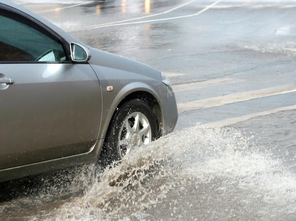 1. Szybkie wjeżdżanie w kałuże - jedną z najgorszych rzeczy, jakie mogą się przytrafić silnikowi, jest zassanie wody do cylindrów. Ponieważ woda jest nieściśliwa – zwykle dochodzi do pogięcia korbowodów i zniszczenia silnika. Przypadki zassania wody z racji zbyt szybkiego wjazdu w kałużę nie są częste, ale się zdarzają.