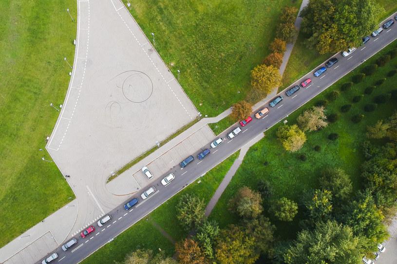 10 października, Kraków. Kolejka samochodów do testów na COVID w punkcie przy Tauron Arenie /Beata Zawrzel/NurPhoto /Getty Images