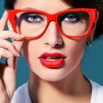 10 porad makijażowych dla dziewczyn noszących okulary
