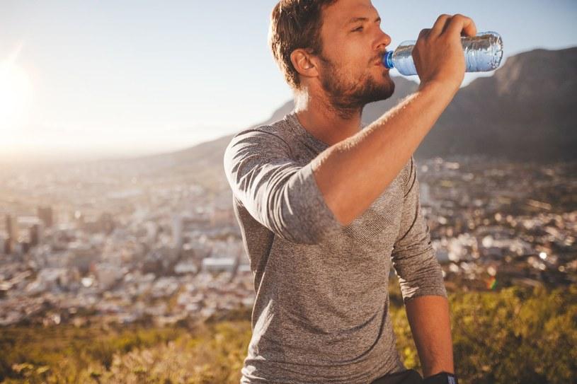 10 procent energii z cukru można osiągnąć, odstawiając słodzone napoje /123RF/PICSEL