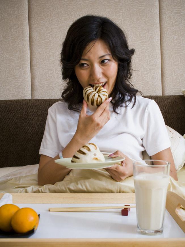 10 rzeczy których nie powinieneś jeść przed snem /© Photogenica