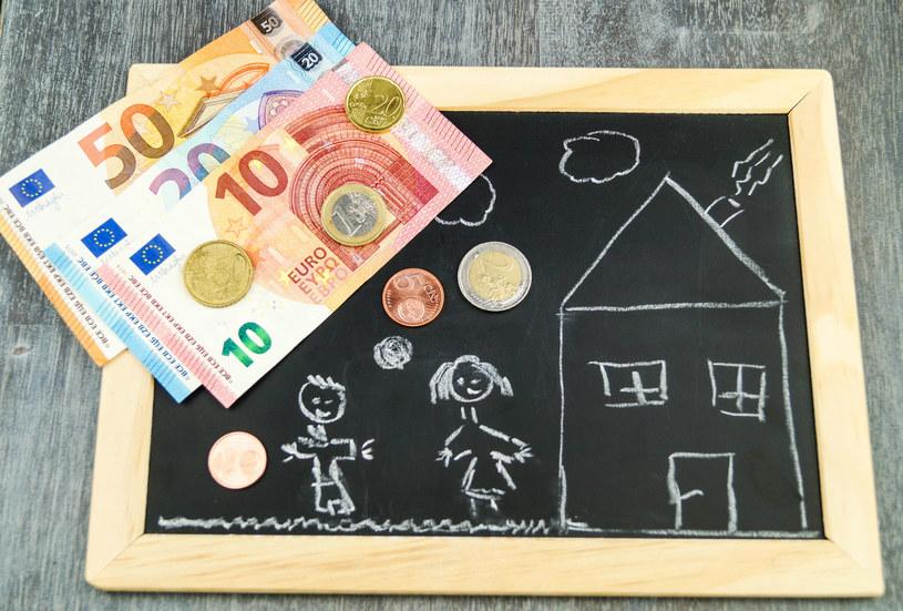 100 euro na każde dziecko, które nie ukończyło 18 roku życia kosztowałoby hiszpański budżet ponad 9,5 mld euro. /123RF/PICSEL