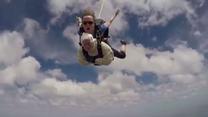 102-latka skoczyła ze spadochronem w Australii. Zbiera pieniądze na walkę z chorobą, na którą zmarła jej córka