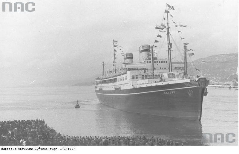 """11 maja 1936 r. Tłumy gdynian witają """"Batorego"""", który po dziewiczym rejsie wpływa do portu macierzystego /Z archiwum Narodowego Archiwum Cyfrowego"""