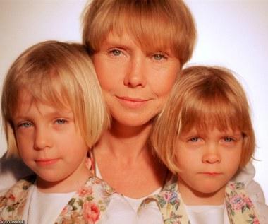 """11 maja 2000 córki Ewy Błaszczyk przeziębiły się... Ola połykając tabletkę zakrztusiła się i zaczęła się dusić. Aktorkę z nieprzytomnym dzieckiem na rękach do szpitala zawiózł przejeżdżający obok kierowca. Lekarze nie robili nadziei, że dziewczynka w ogóle przeżyje. W lipcu 2013 roku dzięki staraniom Ewy Błaszczyk i jej fundacji otwarto klinikę """"Budzik"""" dla dzieci po ciężkich urazach mózgu.  Na zdjęciu: Ewa Błaszczyk z córkami Aleksandrą (L) i Marainną (P)"""
