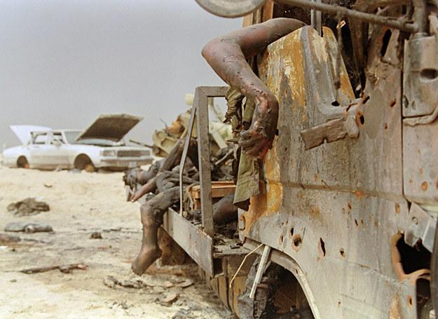 """11 marca 1991 r.: Ciała irackich żołnierzy we wraku ciężarówki ostrzelanej na """"autostradzie śmierci"""" /AFP"""