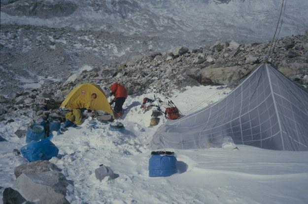 11 stycznia 1986 Jerzy Kukuczka i Krzysztof Wielicki dokonali pierwszego zimowego wejścia na szczyt Kanczendzongi (8598 m n.p.m.). Nz. baza. gr / Archiwum rodzinne Jerzego Kukuczki    /PAP
