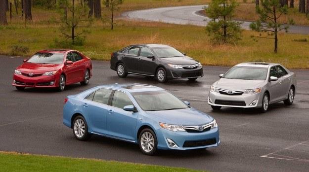 12. rok z rzędu Toyota Camry została najpopularniejszym samochodem osobowym za oceanem. Z roczną przerwą w 2001 roku, gdy została wyprzedzona przez Hondę Accord, dzierży ten tytuł od 17 lat. /Toyota