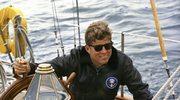 """12 sierpnia 1962. Prezydent John F. Kennedy na pokładzie """"Manitou"""" – łodzi Straży Wybrzeża Stanów Zjednoczonych, podczas rejsu ku wybrzeżom Johns Island,  Maine, USA"""