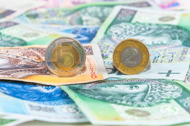 12-złotowa płaca minimalna będzie dotyczyć tylko zleceniobiorców i samozatrudnionych, którzy są zatrudnieni na zasadach zbliżonych do pracowników /123RF/PICSEL