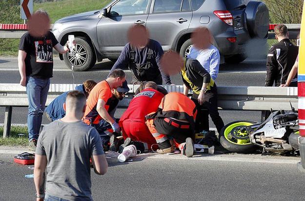13.04, ok. godz. 17. 25-latek jadący na motocyklu uderzył w barierki.  Pomimo reanimacji, zmarł w szpitalu.  Wczoraj zmienił swoje zdjęcie profilowe na Facebooku. Przedstawia ono motocyklistę jadącego  na jednym kole… /Fot. Marek Kalinowski  (Tygodnik Podhalański) /