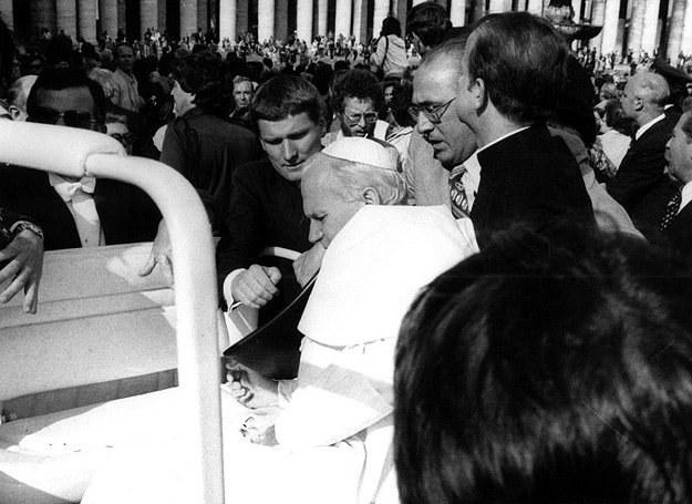 13.05.1981 r.: Jan Paweł II chwilę po postrzeleniu przez Mehmeta Aliego Agcę /AFP