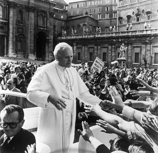 13 maja 1981 roku, papież na placu Świętego Piotra w Watykanie zanim padły strzały /Pool /AFP