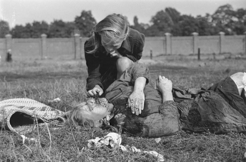 13 września 1939 roku. Kazimiera Kostewicz nad zwłokami zamordowanej przez Niemców siostry Anny. Zdjęcie autorstwa Juliena Bryana /domena publiczna