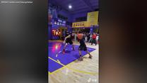 14-latek bez ręki zachwycił koszykarski świat. Zhang Jiacheng kocha sport i to pokazuje. Wideo