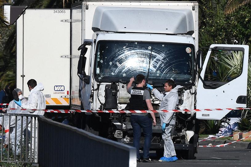 14 lipca 2016 roku zamachowiec staranował ciężarówką bariery na Promenadzie Anglików w Nicei i wjechał w tłum ludzi /ANNE-CHRISTINE POUJOULAT / AFP /AFP