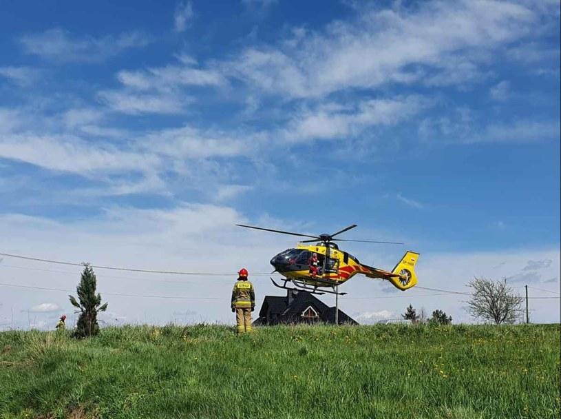 15-latek został przetransportowany helikopterem do szpitala (źródło: Facebook OSP Mucharz) /