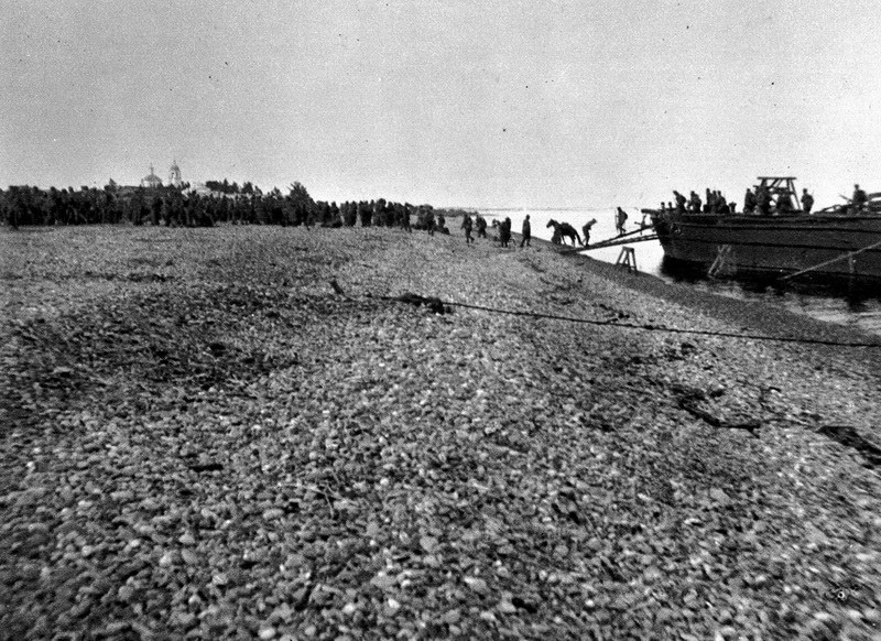 16 sierpnia 1918 roku. Wyładunek zaopatrzenia w czechosłowackiej bazie w Litweniczach /archiwum S. Zagórskiego /INTERIA.PL/materiały prasowe