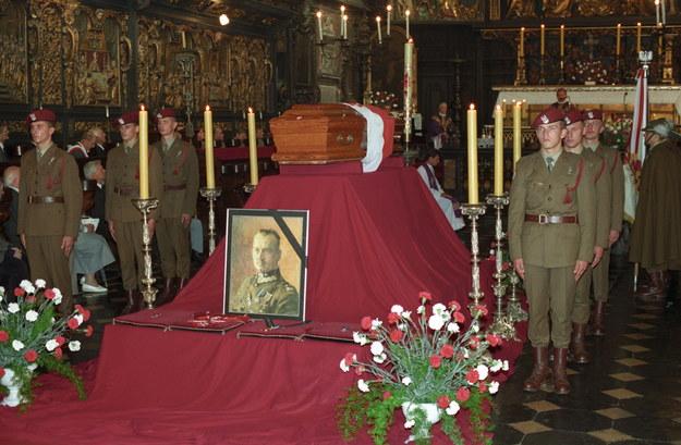 16 września 1993 r. - Uroczystości złożenia w krypcie Świętego Leonarda na Wawelu szczątków generała Władysława Sikorskiego /Jacek Bednarczyk   /PAP