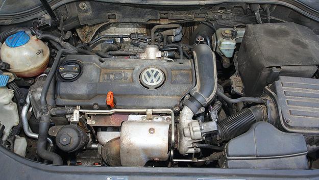 16-zaworowy silnik TSI o mocy 122 KM ma turbosprężarkę i bezpośredni wtrysk paliwa. I rzeczywiście mało pali. /Motor