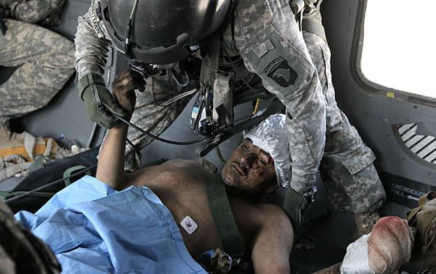 17 lipca 2010 r.: Ewakuacja śmigłowcem rannego żołnierza US Army do szpitala /Getty Images/Flash Press Media