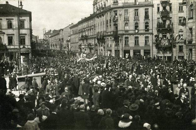 17 listopada 1918 r. Pochód narodowy na ulicach Warszawy, świętującej odzyskanie niepodległości. W tym czasie polscy komuniści podburzali robotników i planowali wywołanie rewolucji /Muzeum Niepodległości /East News